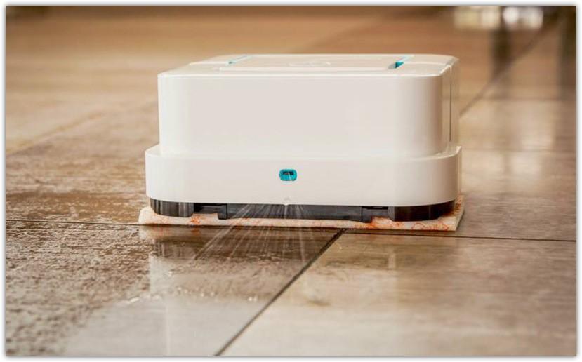 Моющий робот-пылесос разбрызгивает небольшое количество воды перед собой и затем протирает ее тряпкой из микрофибры